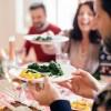 Весело и фигура в порядке: 10 способов не переедать на праздниках