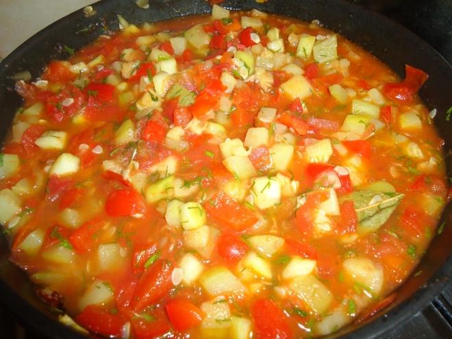 Кабачки, тушенные с помидорами и перцем