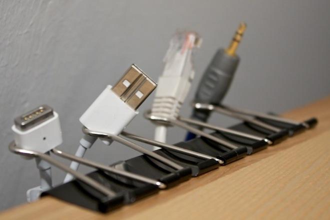 Предотвращаем падение проводов со стола