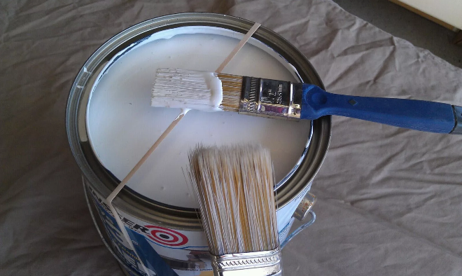 Убираем излишки краски с кисти