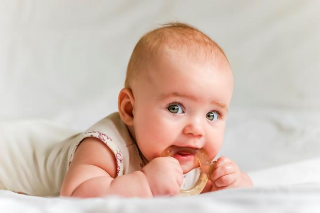 Если лезут зубки, как помочь ребенку