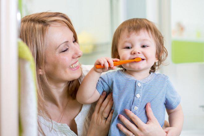 В каком возрасте приучать ребенка чистить зубы