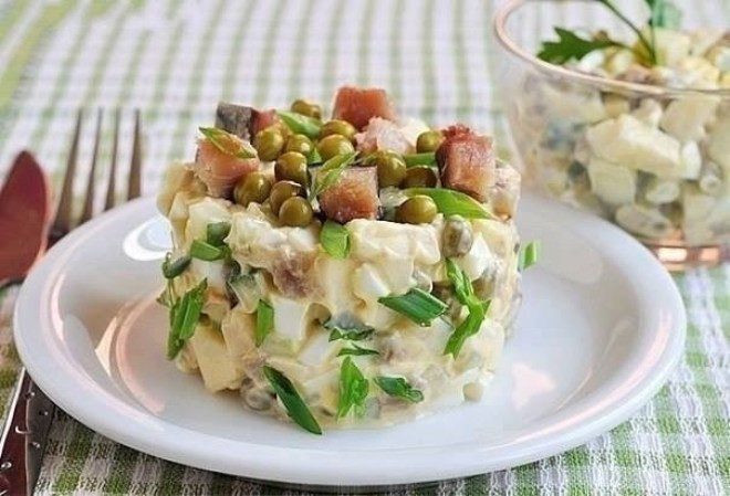Салат с рыбой и яблоком